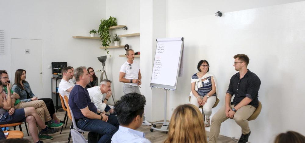Fröhliche Seminarteilnehmer sprechen mit Trainer Mario Grabner